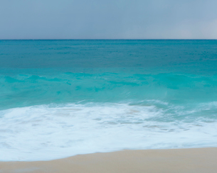 Turquoise sea, waves breaking on a sandy beach.の写真素材 [FYI02252105]