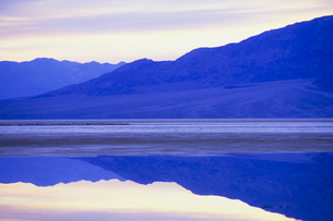 Flooded salt flats at dawn and Panamint Mountains in distance.の写真素材 [FYI02252142]