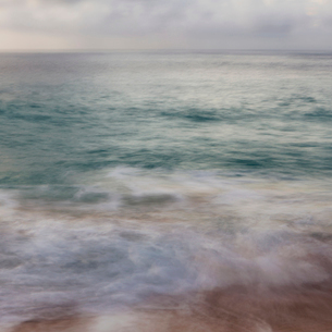The surface of the ocean and an overcast sky at dawnの写真素材 [FYI02252192]