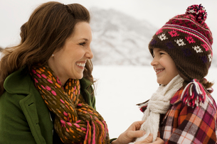 A woman and a young child in the snowy mountains.の写真素材 [FYI02252197]
