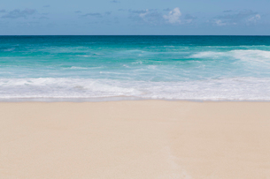 Vivid turquoise waters and waves breaking on the beach.の写真素材 [FYI02252299]
