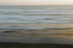 Blurred motion abstract of the Pacific Ocean at dusk.の写真素材 [FYI02252312]
