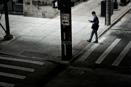 A working day. Businessman in a work suit and tie on a city street,の写真素材 [FYI02252367]