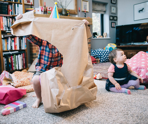 A boy unwrapping presents at a birthday party.の写真素材 [FYI02252385]