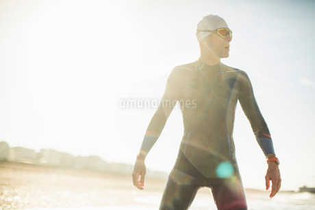 A swimmer in a wet suit, swimming hat and goggles on a beach.の写真素材 [FYI02252462]