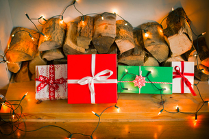 Christmas decorations. Gift boxes tied with a ribbon and fairy lights.の写真素材 [FYI02252496]