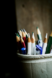 A pot of sharpened coloured lead pencils.の写真素材 [FYI02252502]