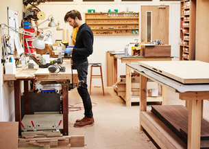 A furniture workshop making bespoke contemporary furniture pieces using traditional skills in modernの写真素材 [FYI02252705]