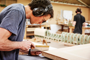 A furniture workshop making bespoke contemporary furniture pieces using traditional skills in modernの写真素材 [FYI02252716]