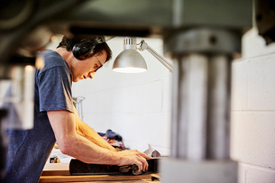 A furniture workshop making bespoke contemporary furniture pieces using traditional skills in modernの写真素材 [FYI02252776]