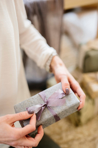 A woman holding a gift wrapped present.の写真素材 [FYI02252796]