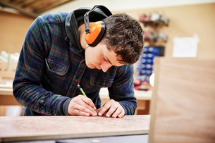 A furniture workshop making bespoke contemporary furniture pieces using traditional skills in modernの写真素材 [FYI02252817]
