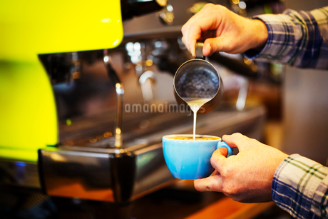 Close up of a barista making a cup of espresso.の写真素材 [FYI02253067]