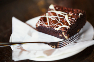 Specialist coffee shop. An iced chocolate brownie on a plate.の写真素材 [FYI02253089]