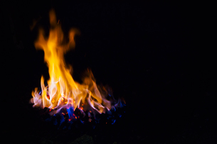 Coal burning inside a furnace.の写真素材 [FYI02253155]