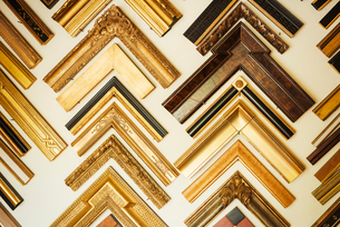Interior view of a picture framers workshop, a large selection of frame samples on the walls.の写真素材 [FYI02253265]