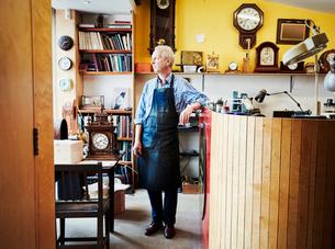 A clock maker in his workshop.の写真素材 [FYI02253272]