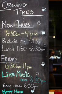 Specialist coffee shop. A chalk board with opening times and events listed.の写真素材 [FYI02253303]