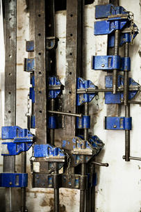 Close up of a selection of metal clamps in a carpentry workshop.の写真素材 [FYI02253356]
