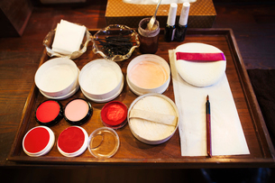 A tray of pots, rice powders, blushers and loose powder used in the white face make up of geisha womの写真素材 [FYI02253527]