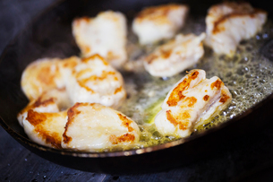 Close up of scallops in a frying pan.の写真素材 [FYI02253549]