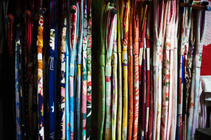 Rows of colourful fabric hanging up, traditional kimonos, a robe with wide sleeves, traditional stylの写真素材 [FYI02253602]
