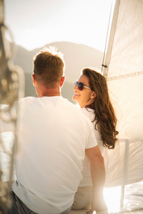 Man and woman on a sail boat.の写真素材 [FYI02253636]