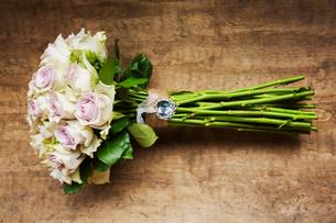 A wedding bouquet, a flower arrangement of long stemmed pink roses.の写真素材 [FYI02253644]