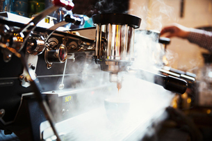 Specialist coffee shop. A coffee machine making coffee. Steam and heat.の写真素材 [FYI02253655]