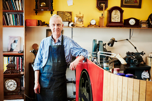 A clock maker in his workshop.の写真素材 [FYI02253793]