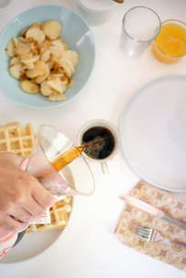 High angle view of a breakfast table, waffles, fried potatoes, coffee and juice.の写真素材 [FYI02253896]