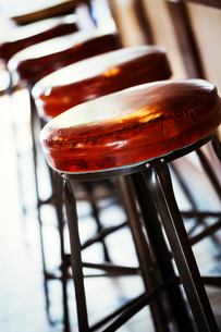 Close up of a row of bar stools in a restaurant.の写真素材 [FYI02253905]