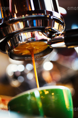 Specialist coffee shop. Freshly brewed coffee flowing into a coffee cup.の写真素材 [FYI02253907]