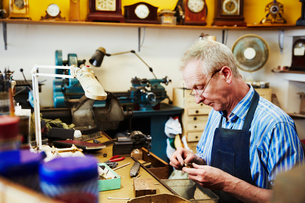 A clock maker busy in his workshop.の写真素材 [FYI02253937]