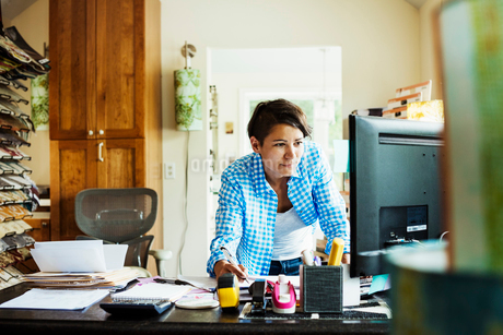 Woman working at a desk in an interior design studio and accessories store.の写真素材 [FYI02253940]