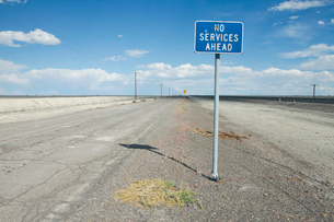 No Services Ahead warning sign on a remote desert road.の写真素材 [FYI02254212]