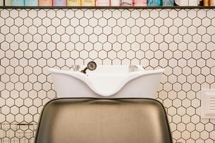 A hair salon hair washing basin and chair.の写真素材 [FYI02254223]