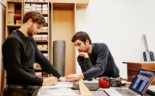 A furniture workshop making bespoke contemporary furniture pieces using traditional skills in modernの写真素材 [FYI02254456]