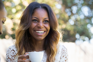 Portrait of a smiling woman with long brown hair.の写真素材 [FYI02254477]