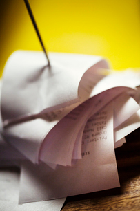 Close up of a check spindle with receipts.の写真素材 [FYI02254736]