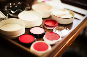 A tray of pots, rice powders, blushers and loose powder used in the white face make up of geisha womの写真素材 [FYI02254764]