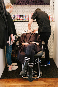 A client at a hair salon having her hair washed.の写真素材 [FYI02254849]