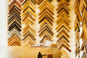 Interior view of a picture framers workshop, a large selection of frame samples on the walls.の写真素材 [FYI02254901]