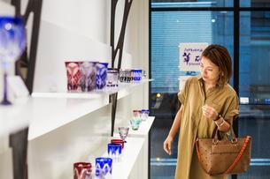 Customer in a shop selling Edo Kiriko cut glass in Tokyo, Japan.の写真素材 [FYI02255151]