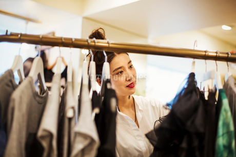 Woman working in a fashion boutique in Tokyo, Japan.の写真素材 [FYI02255160]