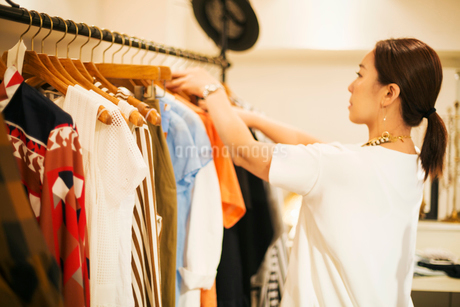 Woman working in a fashion boutique in Tokyo, Japan.の写真素材 [FYI02255189]