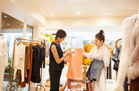 Woman working in a fashion boutique in Tokyo, Japan, serving a customer.の写真素材 [FYI02255193]