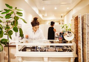 Woman working in a fashion boutique in Tokyo, Japan.の写真素材 [FYI02255202]