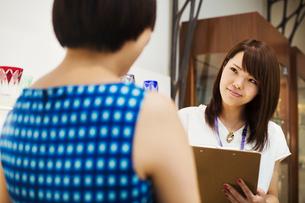 Saleswoman in a shop selling Edo Kiriko cut glass in Tokyo, Japan.の写真素材 [FYI02255209]