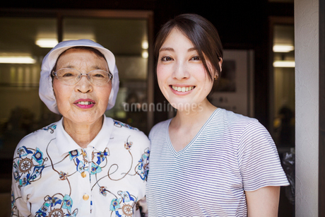 Two women at a noodle shop, a small unit with a fast food kitchen and unit producing Soba noodlesの写真素材 [FYI02255283]